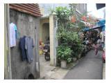 Gerbang kost dan bertetangga dengan warga