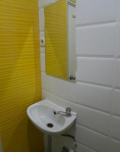 tempat kost pria wanita bangunan baru di meruya joglo. Black Bedroom Furniture Sets. Home Design Ideas